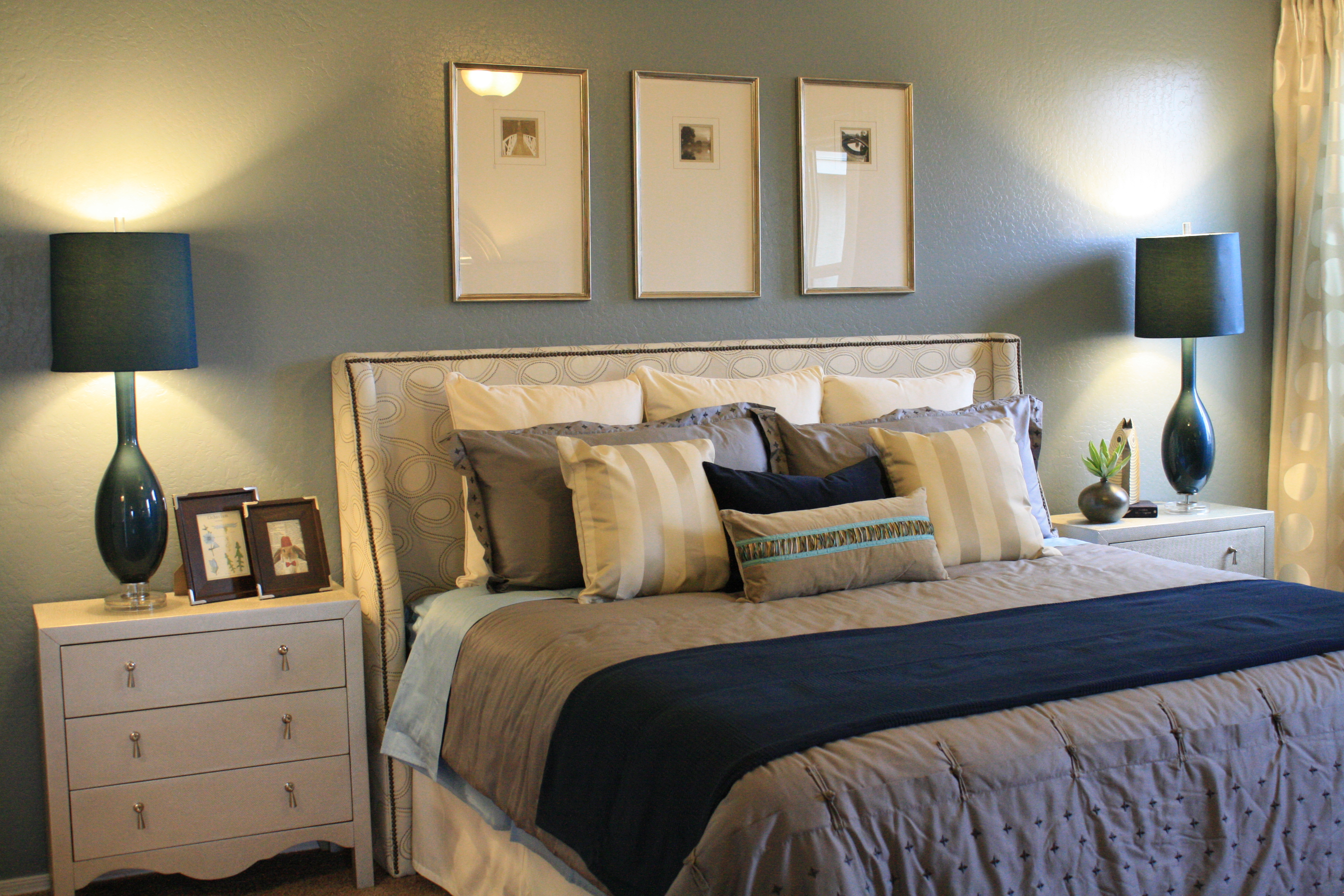 Blue and white family room for White and neutral bedrooms